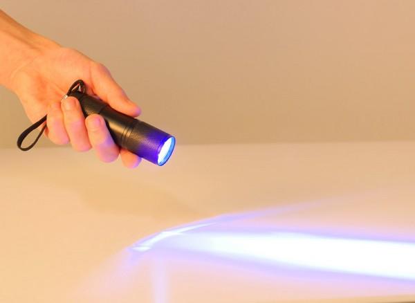 UV-Taschenlampe eingeschaltet